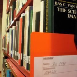 Vermisste Bücher werden mit einem Vertreter im Regal gekennzeichnet