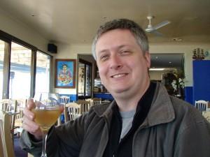 Bell findet sich nicht sonderlich fotogen. Das Bild mit dem Glas australischen Weißweins gefällt ihm aber - zumindest einigermaßen.