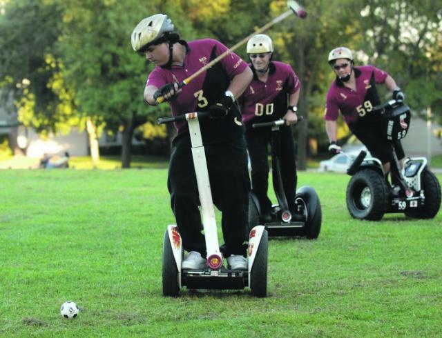 Elektro-Roller statt Pferd: Segway-Polo wird auch in Deutschland immer bekannter. Foto: Funky-Move Turtles