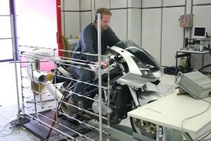 """An der Westsächsischen Hochschule Zwickau ist Fahrzeugakustik ein eigenes Lehrfach. Hier lernen Studenten, wie sie den Sound mit """"akustischen Kameras"""" analysieren können. Foto: MZ"""