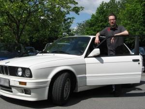Tim Müßle mit seinem 19 Jahre alten BMW 325i. Foto: Sarah Müller