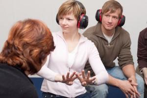 Die gehörlosen Guides vermitteln den Teilnehmern einen Einblick in die Gebärdensprache. Fotos: © Lutz Kampert