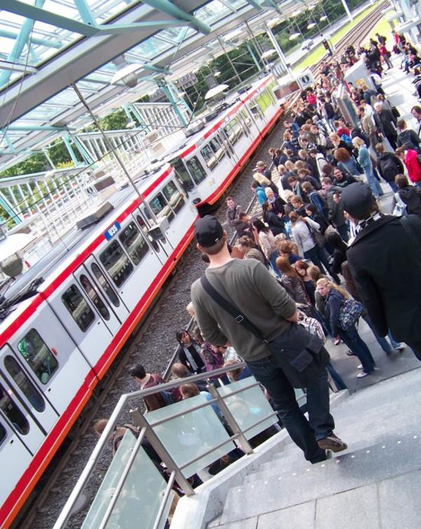 An der Uni Bochum strömen die Studis zur S-Bahn. Foto: Ramesh Kiani