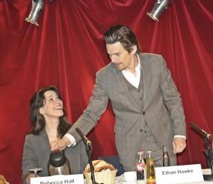 Ganz der Gentleman: Schauspieler Ethan Hawke schenkt seiner Kollegin Rebecca Hall Kaffee ein auf der Pressekonferenz bei den Ruhrfestspielen