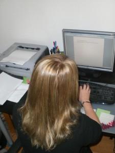 Lenas Arbeitsplatz ist der Schreibtisch mit PC - praktisch für ihr BWL-Studium. Foto: Stefanie Müller.