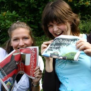 Caroline und Stefanie haben die pflichtlektüre zum Fressen gern. Foto: Sophie Mono