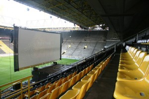 Statt Fußball kann man von den schwarz-gelben Sitzen im Stadion Filme angucken. Foto: Matti Hesse