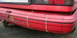 Die Stroßstange wird von Kabelbindern zusammengehalten.