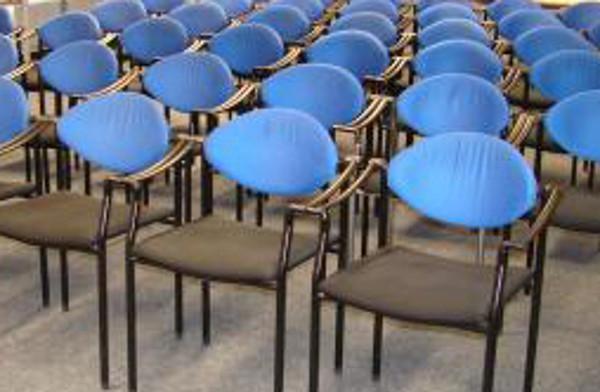 Bei den Sitzungen des Studierendenparlaments bleiben die Stühle oft leer. (Foto: pixelio)