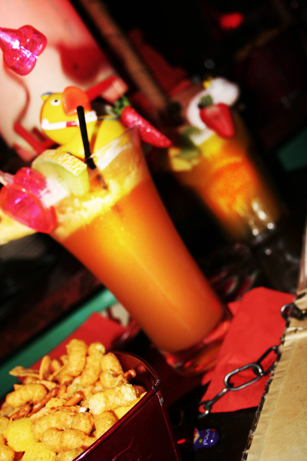 Riesige Cocktails mit üppiger Verzierung.