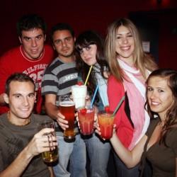 Die Erasmusstudenten lassen sich auf den witzigen Bowlingabend ein. Fotos (3): Elena Sansigre