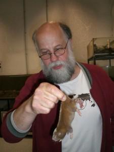 Professor Burda im Mullarium mit einem seiner Schützlinge. Foto: Michelle Röttger