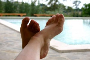 Füße hoch, mit Blick auf den Pool. So genießt der 5-Sterne-Urlauber. Foto: pixelio/Alexandra Bucurescu