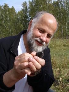 Professor Burda mit einem Verwandten der Mulle: dem Mull-Lemming. Foto: privat