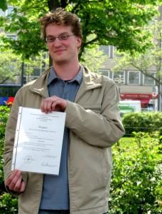Nach sechs Semestern Latein, hält Lars Purschke sein Latinum in den Händen. Foto: Sarah Müller