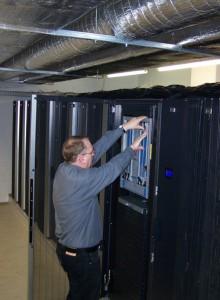 Jörg Gehrke tauscht ein Teil des Superrechners Lido aus
