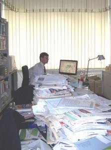Stauforscher Michael Schreckenberg in seinem Duisburger Büro. Fotos (3): Klingemann.