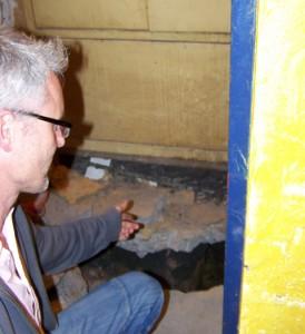 Lars Relitz sucht die Ursache für das Wasser im Keller des Rosa-Parks Haus.