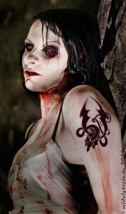 So sexy wie dieses Zombie-Model sind Untote in den meisten Horrofilmen nicht. Die Philosophie verfolgt ein ganz anderes Interesse, wenn sie Zombies thematisiert. Foto: Michael Hein