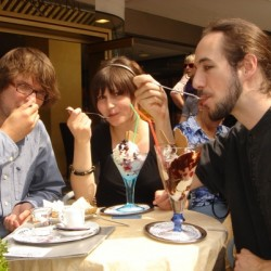 Bevor es ins Theater geht, genießen die drei Essener Studis noch ihr Eis bei Toscani.