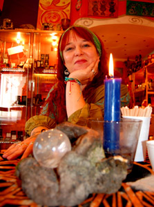 Minerva Trudimonia Winter versteht sich als praktizierende Hexe und lebt den modernen Schamanismus mit all seinen alten Traditionen und Bräuchen.
