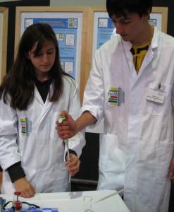 Die Gymnasiasten Chaima Amhaouach und Kilian Fricke mit extrahierter DNA. Fotos (2): Sarah Müller