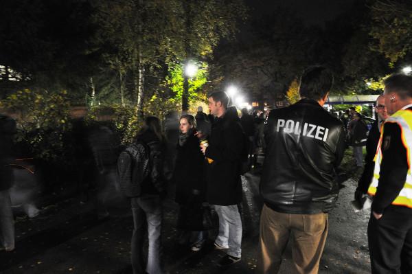 Unter den Blicken der Polizei verlassen die Streikenden den Audimax.