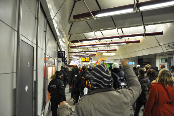 Der Demonstrationszug füllt den Gang des Duisburger Hauptbahnhofs.