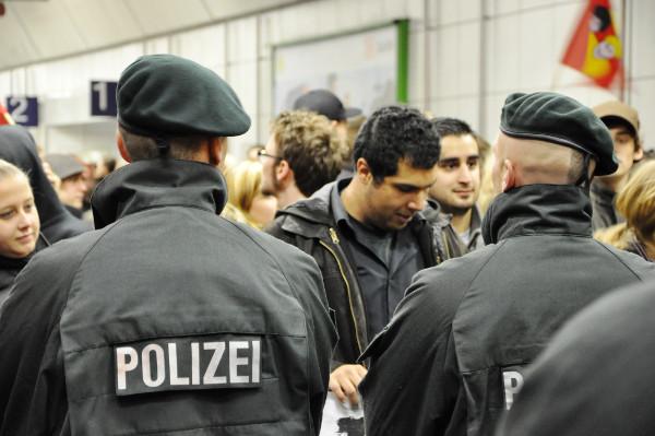 Studenten und Polizei stehen sich gegenüber.