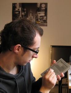 Das elektronische Buch ist ein echter Hingucker. Tester Tobias fi ndet es in der Anschaffung allerdings teuer und hält das Angebot auf dem Campus noch zu begrenzt.
