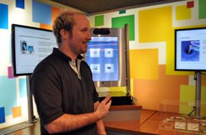 Truckbetreuer Heiko Becker erklärt das 3D-Media Center.