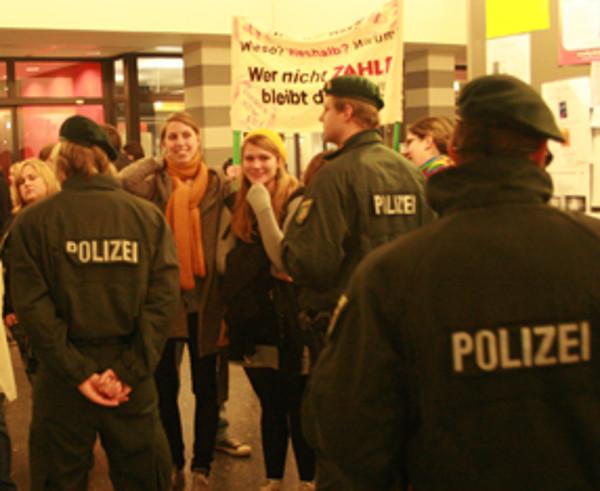 Protest bis zum Ende: Selbst im Foyer der Emil-Figge 50 rollten jene Studenten Plakate aus, die vorher den Hörsaal auf Andrihung der Polizei verlassen hatten.