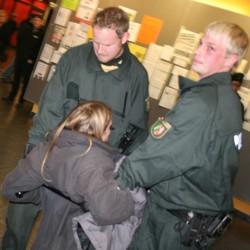 Anstrengend: Die Polizei hatte viele zu tun, als sie Studenten die Treppe des Hörsaals hinauf ins Foyer der Emil-Figge 50 schleppten.