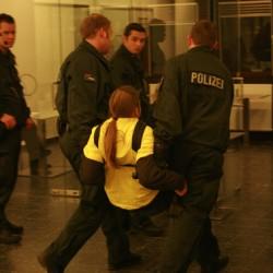 Tragetchnik der Polizei: Mit Schlagstock hinter dem Rücken und unter den Knien.
