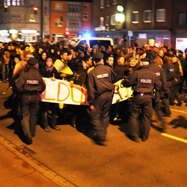 Kurzer Tumult - die Polizei versucht den Demonstrationszug zu bremsen.
