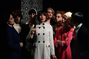 8-Frauen auf der Bühne