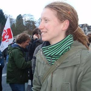 Die Dortmunder Studerntin Charlotte protestiert in Bonn.