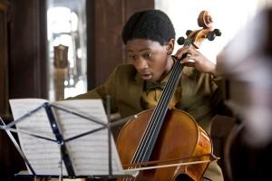 Der junge Nathaniel ist in seinem Element: Er spielt Beethoven. Foto: participant media