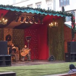 Auf der kleinen Freilichtbühne wird traditionelle ungarische Volksmusik gespielt