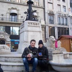 Touristen genießen ihren Glühwein am Vörösmarty Platz - der Weihnachtsmarkt ist auch unter Ausländern beliebt