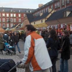 Auf spanischen Weihnachtsmärkten stehen viele kleine Stände nebeneinander. Die Märkte sind am wichtigsten Platz der Stadt und werden von Menschen aller Altersgruppen besucht.