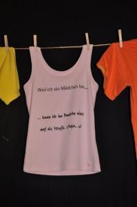 Auf einer Wäscheleine hängen bedruckte Kleidungsstücke