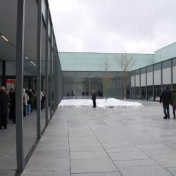 Der lichte Innenhof am Museumseingang