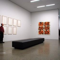 Helle Räume mit klaren Strukturen unterstützen die Wirkkraft der Werke.