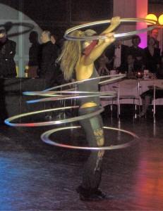 Akrobatisch: Künstlerin Marina Yakubova ließ die Reifen um ihre Hüften kreisen.