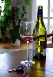 Leeres Glas, leere Flasche? Dann sollte man die Spritztour besser lassen. Foto: Caroline Biallas