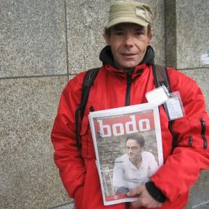 Seit neun Jahren verkauft Gerd Vitte das Straßenmagazin Bodo. Er steht unter dem Vordach eines Dortmunder Kaufhauses. Foto: Miriam Sahli