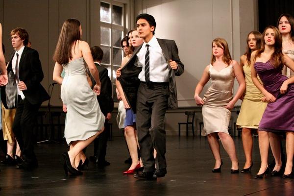 Die Jugendlichen auf der Bühne. Foto: Ursula Kaufmann