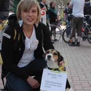 Janka Gruschczyk und ihr Hund Emil sind einer Meinung: Bildung für Alle!