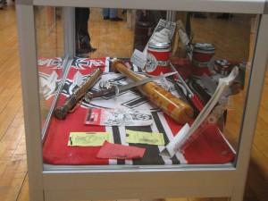 Beschlagnahmte Waffen und Propagandamaterial.